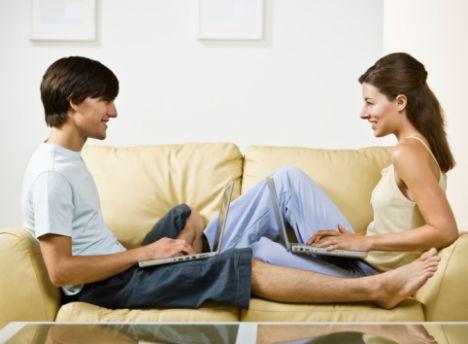 Onu sevgilim diye tanıtmayın!  Bir erkek ilişkiye başladığında zaten sevgili olma bunalımına girmiş olabilir. Bir de siz onu etrafa 'sevgilim' olarak tanıtırsanız onu baştan sıkıntıya sokarsınız. Demek istediğimiz, erkekler daha en baştan bu tür kelimelerle tanıtılmaktan hoşlanmazlar, bu onları ürkütür. Bunun yerine onu ismi ile çevrenize tanıtmanız daha doğru olacaktır.